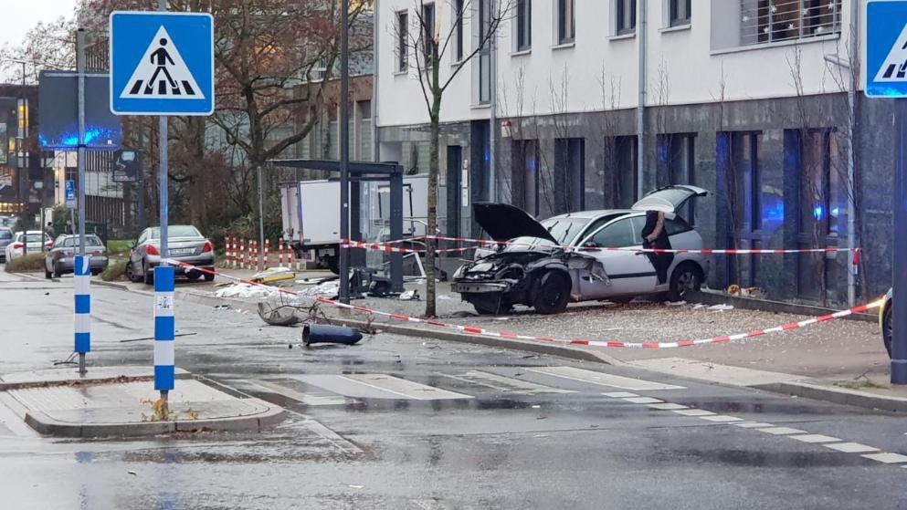 ВГермании автомобиль врезался втолпу наостановке: множество пострадавших
