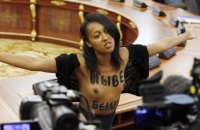 Активистку Femen отпустили под личное обязательство после выходки на встрече Лукашенко и Порошенко