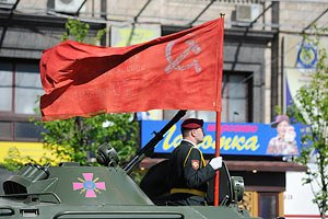 Законом о копии флага Победы запущена еще одна технология на раскол общества - эксперт