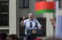 Влада Білорусі в письмовому вигляді змушує установи вивішувати на будівлях червоно-зелені прапори