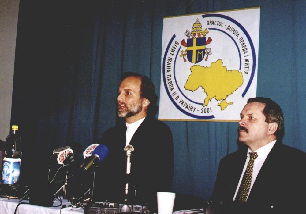 Владика Борис та Мирослав Маринович (справа) під час прес-конференції на честь візиту Івана Павла II в Україну, 2001 рік