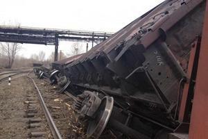 В Луганской области сошли с рельсов и перевернулись 12 грузовых вагонов