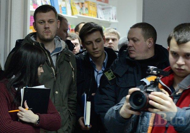 Слева - журналист Денис Казанский