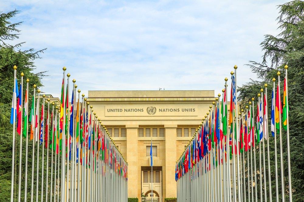 Прапори країн-учасниць перед входом в будівлю ООН у Женевi, Швейцарія, 16 серпня 2020 р.