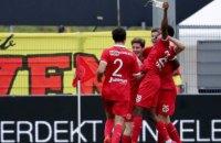 В матче Кубка Голландии футболист отпраздновал свой гол глотком пива из брошенного в него стакана