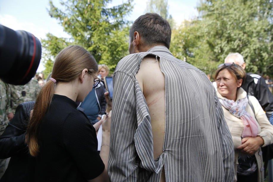 Затриманий у розірваній сорочці виходить із тюрми в Жодино
