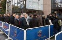 Французов в очереди за билетами на игру с Украиной угощали круассанами