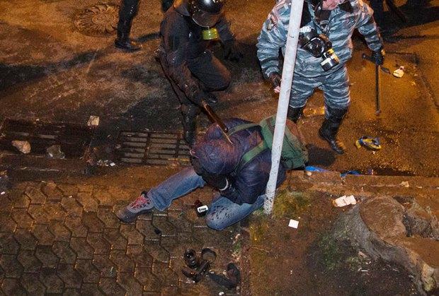 Сотрудники Беркута нападают на Александра Перевозника