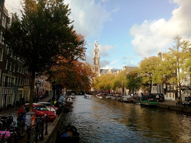 Прогулка по каналам на лодке или вдоль них пешком может стать спокойным развлечением