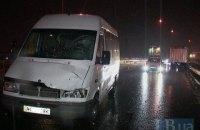 Микроавтобус сбросил пешехода с 10-метровой эстакады на юге Киева