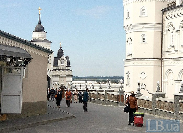 Справа - готель для паломників. Вартість доби - 50 грн.
