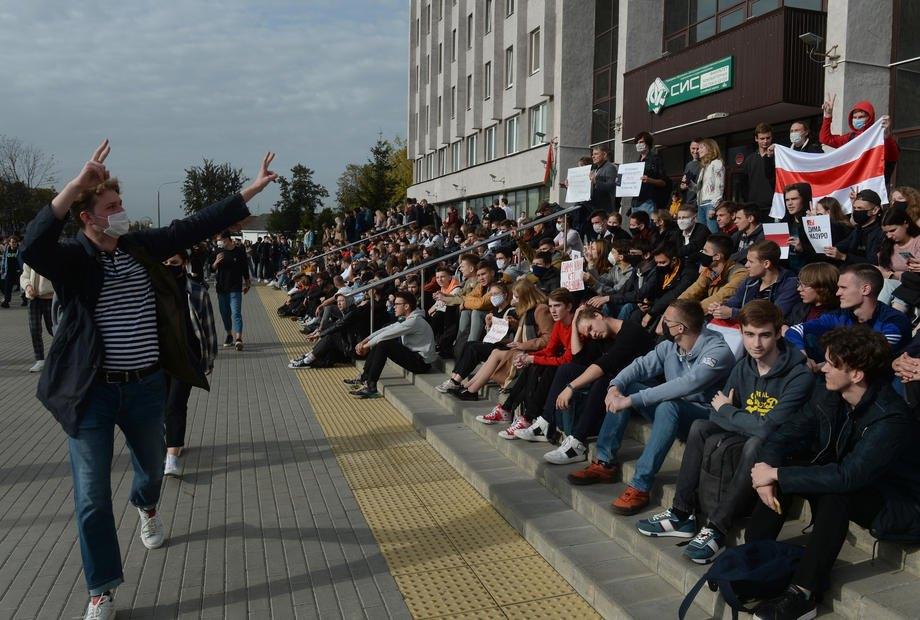 Студенты устроили акцию на ступеньках университета в знак солидарности с ранее задержанными студентами в Минске, Беларусь, 30 сентября 2020