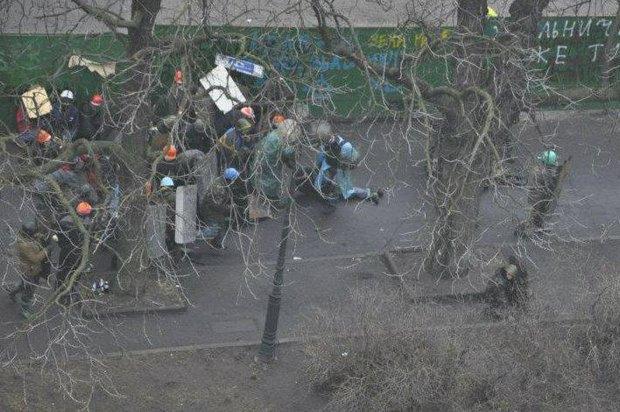 Протестующие, в том числе и Александр Нечипорук, идут в наступление возле Октябрського