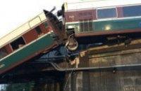 У США швидкісний поїзд звалився з мосту і заблокував шосе (оновлено)