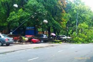 Власти Одессы активно устраняют последствия урагана