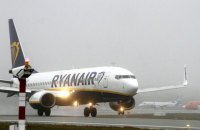 """Пасажир новорічного рейсу Ryanair із Лондона в Малагу намагався """"вийти"""" через аварійний вихід"""
