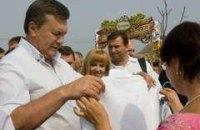 На ярмарке Янукович купил бочку для засолки огурцов