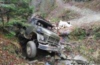 В Карпатах ночью с дороги упал грузовик с лесом, погиб водитель