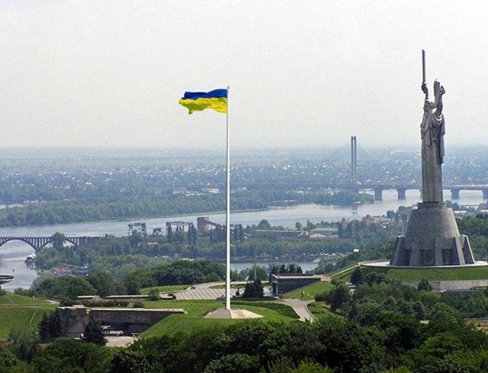 Предложение по установке крупнейшего в Украине флага возле памятника Родина-мать