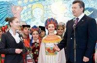 Янукович пожелал женщинам ласковых дней