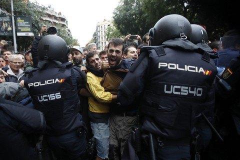 Полиция в Каталонии не дает проводить референдум о независимости