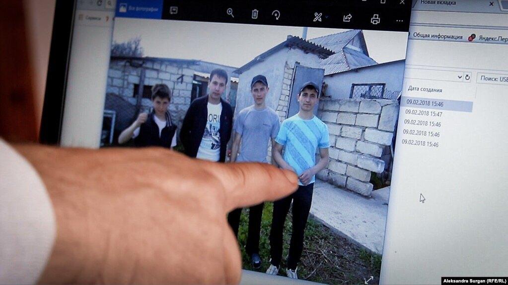 Похищенные в Крыму в сентябре 2014 года cын Ислям Джеппаров (крайний слева) и племянник Джевдет Ислямов (третий слева)