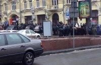 """""""Кияни"""", що прийшли розбирати барикаду, втікають із Хрещатика (ДОДАНО ФОТО)"""