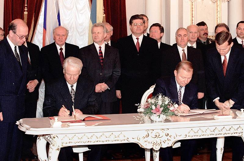 Борис Єльцин і Леонід Кучма підписують Договір про дружбу, співробітництво і партнерство між Україною і Російською Федерацією, Київ, 31 травня 1997 року
