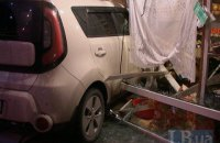 В Киеве во время ДТП машина вылетела на тротуар и протаранила киоск