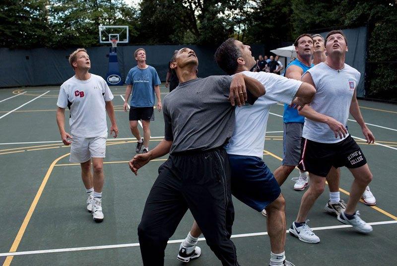 Барак Обама играет в баскетбол на площадке Белого дома. 8 октября 2009 года
