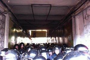 Вход в суд закрыли для депутатов и журналистов (ВИДЕО)