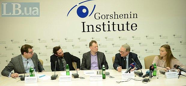 Справа-наліво: Олена Сотник, Михайло Пашков, Дмитро Остроушко, Себастьєн Гобер та Олексій Макеєв