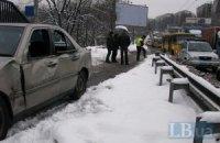 Mercedes врезался в маршрутку, вылетел на тротуар и сбил мужчину
