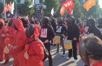 """В Южной Корее тысячи людей в костюмах из сериала """"Игра в кальмара"""" устроили митинг"""