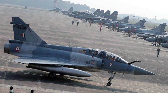Реактивные истребители Mirage ВВС Индии на авиабазе Калакунда, Индия.