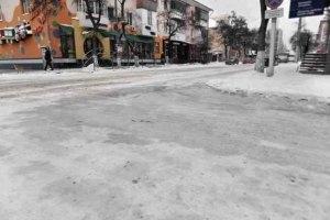 Коммунальщики убирают снег, перебрасывая его на другую сторону проезжей части