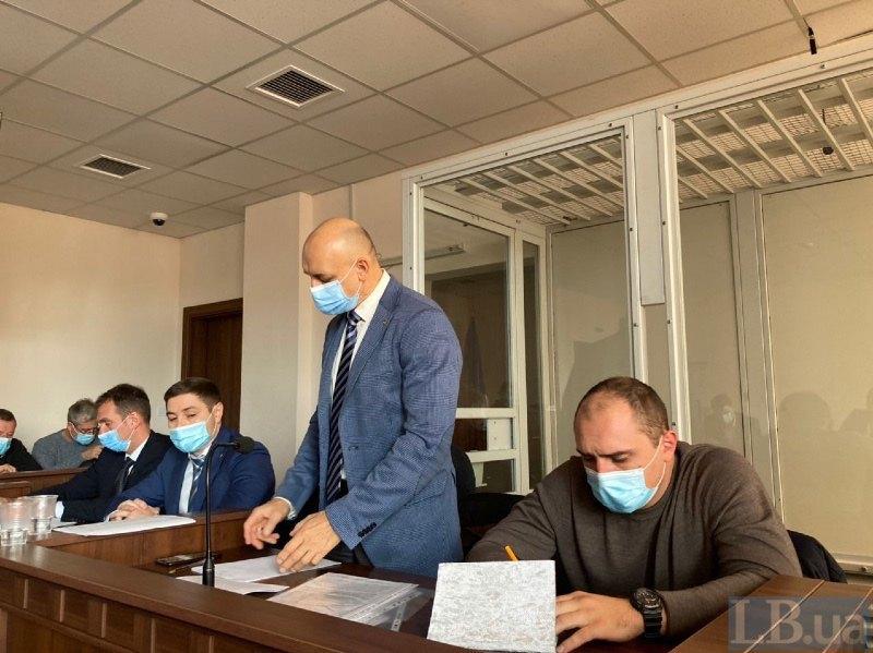 Адвокати Стефан Решко, Олександр Горошинський, Ігор Варфоломєєв (стоїть) під час засідання