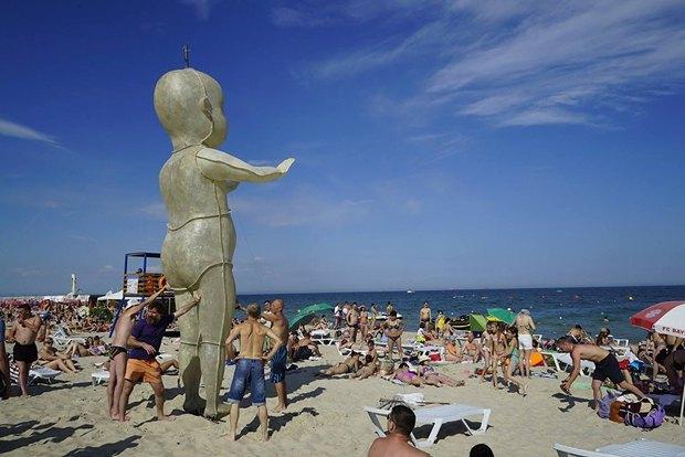 Один из пупсов на пляже в Одессе до отправки на фестиваль