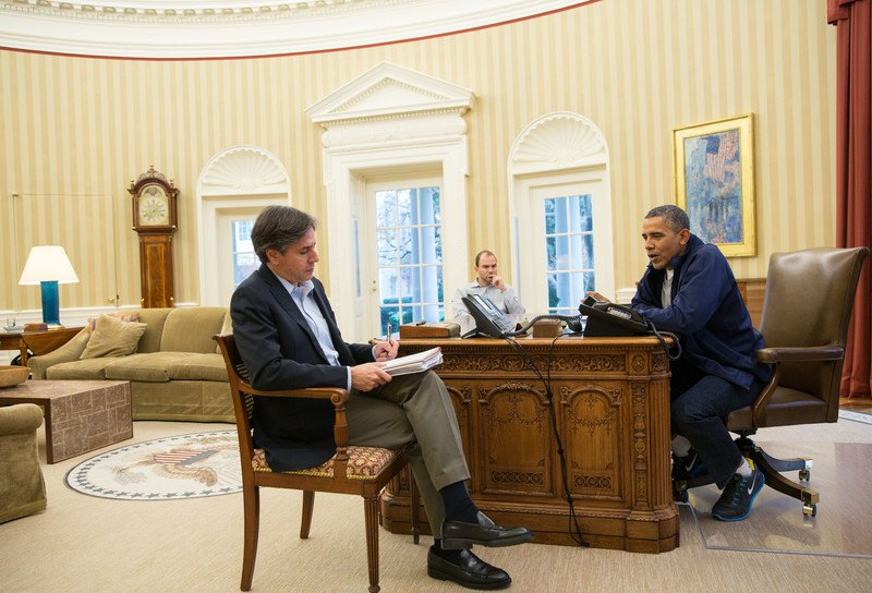 Президент США Барак Обама (справа) и заместители советника по национальной безопасности Тони Блинкен (слева) и Бен Роудс (в центре) обсуждают переговоры с Ираном в Овальном кабинете Белого дома, США, 23 ноября 2013