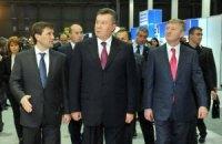 Янукович в компании Ахметова из VIP-ложи следит за футболом