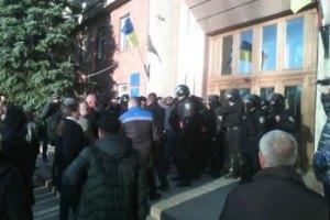 У Миколаєві сепаратисти намагаються прорватися в будівлю ОДА