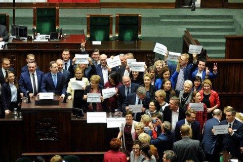 У Польщі опозиція вимагає доступу ЗМІ до Сейму і переголосування