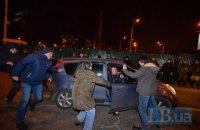 На Героев Днепра в толпу протестующих въехала легковая машина (добавлены фото)