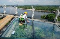 Кличко перевірив на міцність скляну підлогу на майданчику моста через Володимирський узвіз