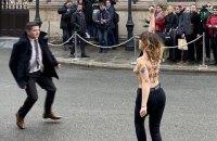 Активістка Femen роздяглася біля Єлисейського палацу