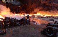 На Київщині загорівся склад: палали 10 тисяч шин
