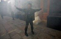 Возле АП в милицию полетели дымовые шашки в ходе акции против перемирия