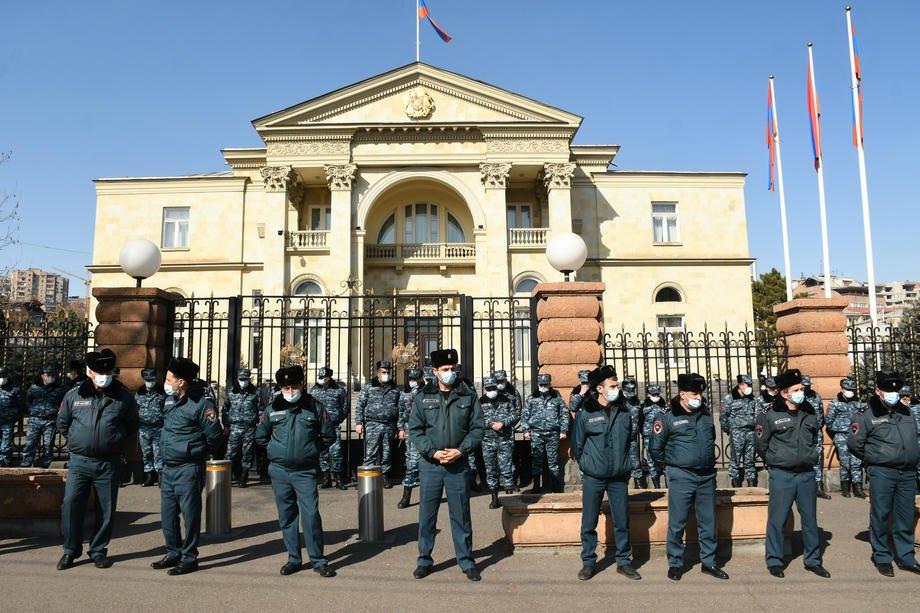 Вірменська поліція охороняє резиденцію президента час протесту проти прем'єр-міністра Пашиняна в Єревані, 06 березня 2021 р