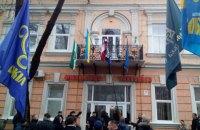 В Берегово на Закарпатье с горсовета сорвали венгерский флаг