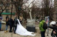 Памятник погибшим в результате обстрелов установили в Краматорске